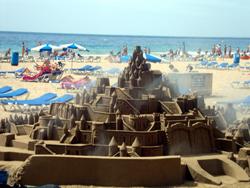 песчаные скульптуры на пляже Playa de Levante